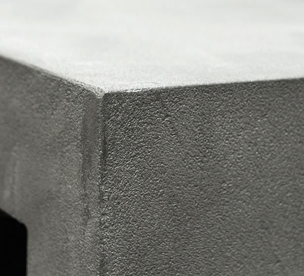 revestimiento rustico con microcemento en mueble de escritorio gris - detalle