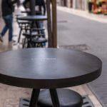 microcemento en mesa de diseño de cafetería