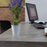 microcemento en mueble escritorio acabado fino con efecto de aguas