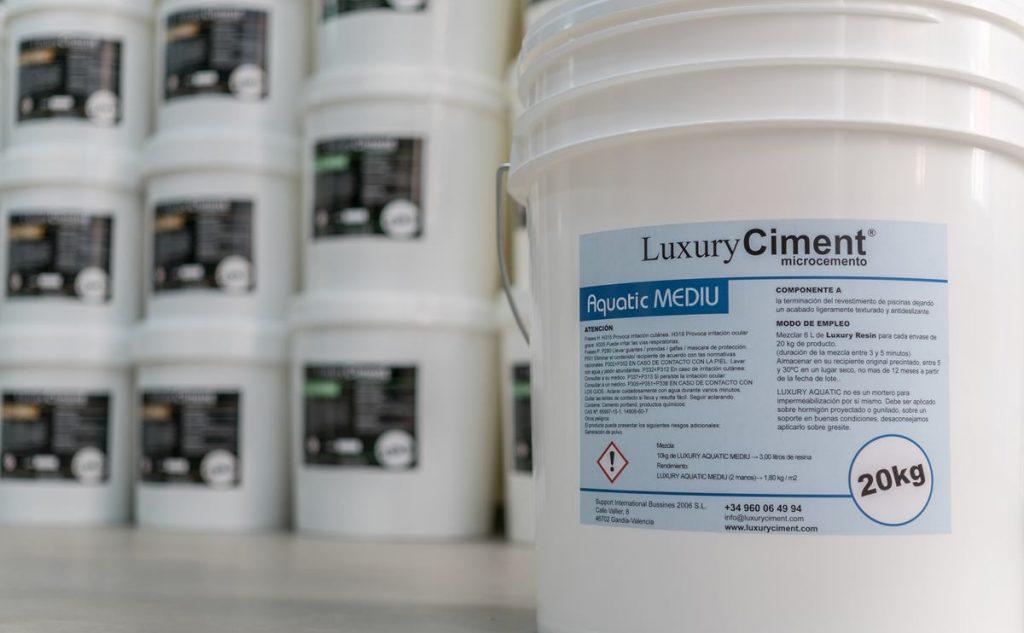 Luxury Aquatic Mediu Microcemento de terminación para piscinas ligeramente texturado con propiedades antideslizantes
