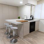 microcemento en cocina de diseño color blanco con espectacular encimera