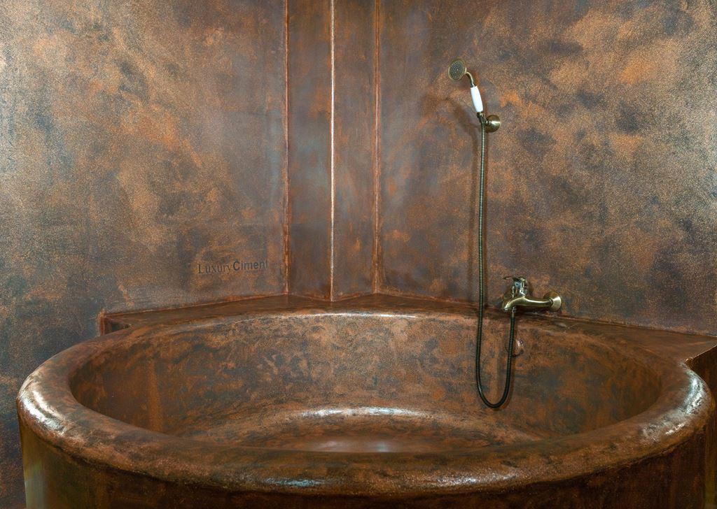 Deluxe Purpurina Collection sobre microcemento negro en vieja bañera con azulejos