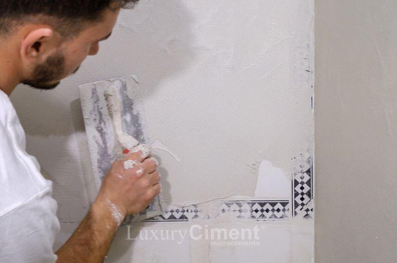 aplicación de microcemento sobre azulejo antiguo