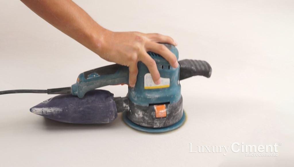 lijado de superficie para reparar el microcemento