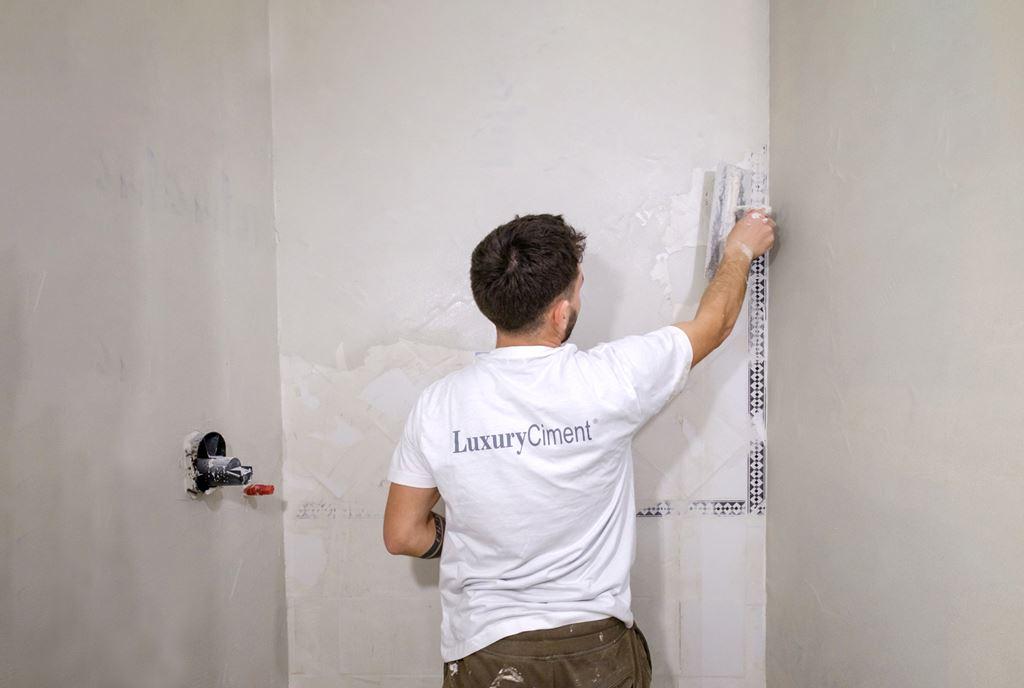 microcemento sobre azulejo en paredes de ducha