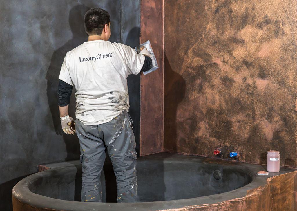 renovación con microcemento en vieja bañera con azulejos
