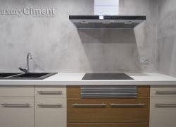 Elegante cocina con pared continua de microcemento