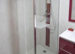 microcemento en baño revistiendo pared y cuadro de ducha