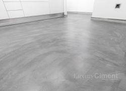 suelo de microcemento gris, a juego con muebles banco de una cocina