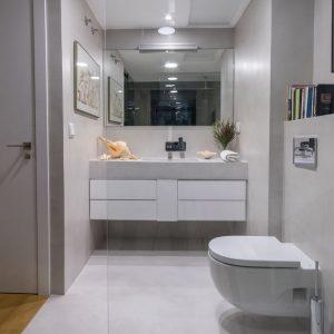 baño de diseño con suelos, paredes y lavabo revestidos con microcemento