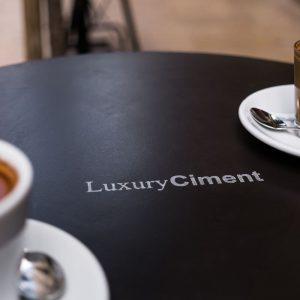 microcemento en mesa de cafetería