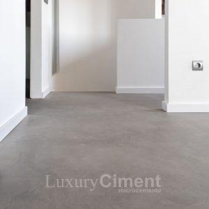 suelo de habitación con microcemento gris